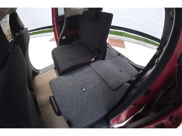 シートを倒してフルフラットにすれば、家族でくつろげる広々とした空間に早変わり、4つのシートを別々に折りたたんだりスライドしたり、人と荷物に合わせて自由に空間をアレンジできます。