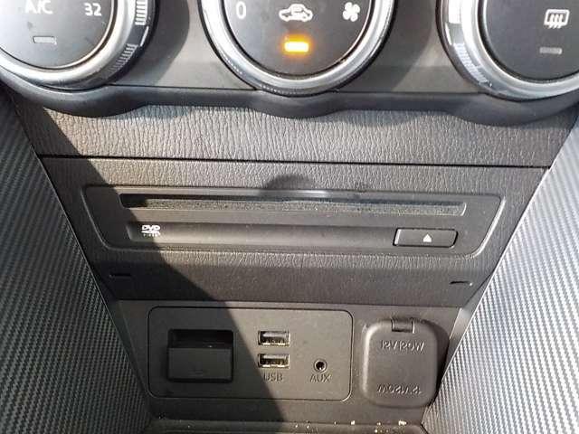 CD/DVDのディスクの挿入口はエアコン操作スイッチの下になります。