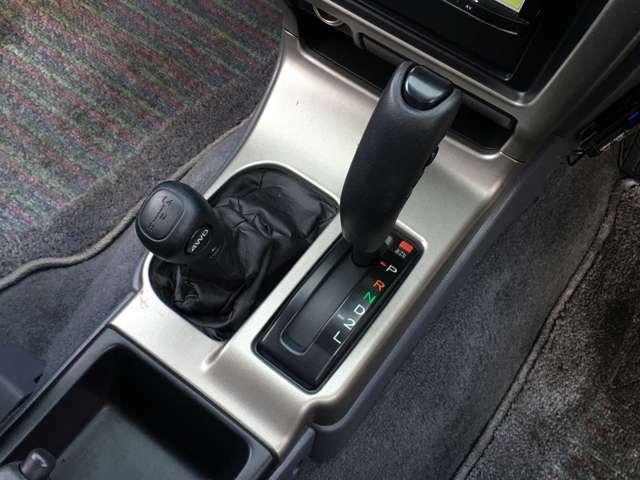 4WD切り替えスイッチボタンとトランスファーレバー。2WDに切り替えも可能です。