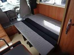フロアはベッド展開可能です。ベッド寸法「142×110」