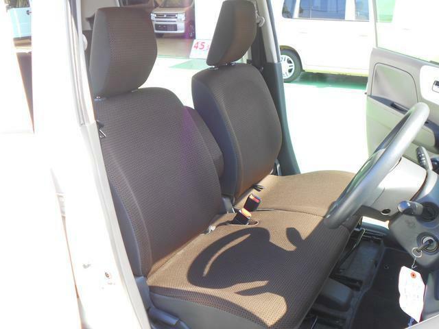 運転席と助手席はベンチシートになっているので、席の移動もラクラク♪