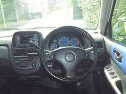 この年式の軽自動車ですが、デユアルエアバッグにABS、衝突安全ボディも採用されています。
