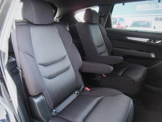 セカンドシートの広々さを横から撮影してみました♪座席シートの生地もやわらかすぎず、かたすぎず、ちょうどよい感触です☆
