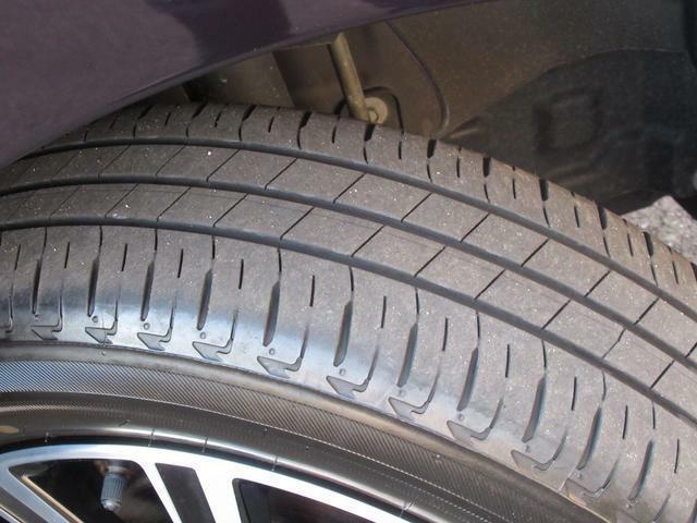 リヤタイヤのタイヤ溝も充分に残っています。