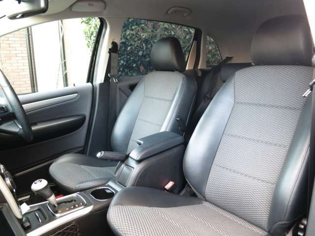 座面やサイドの本革は使用感も少なく綺麗な状態をキープ、目立つ傷や焼け焦げ、破れは御座いません、フロントシート下には収納も装備スクエアーなシートデザインがモダンで心地の良いホールド感の限定専用インテリア