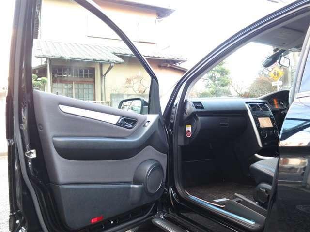 ナビゲーションシートへのエントランスも綺麗な状態をキープ出来ているメルセデスデザインの流れる様な流線形のダッシュボードがお出迎え。清潔感の高い車輌へ乗車する時の高揚感にワクワク感が味わえる特限B170