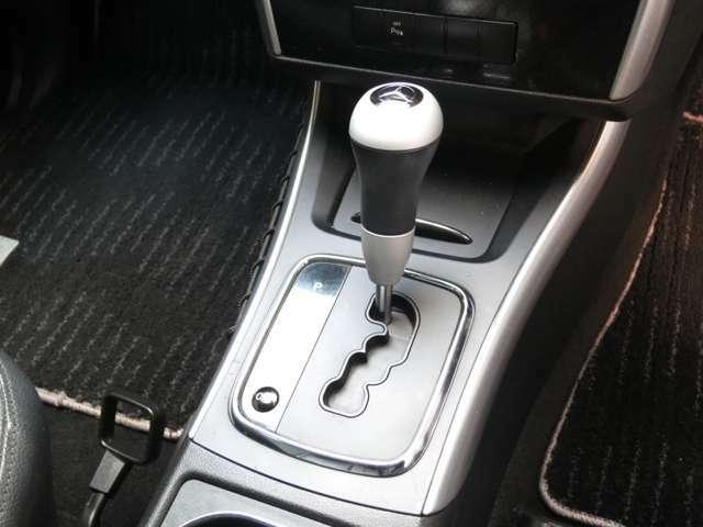 限定専用デザインのスポーティなコンビシフトを装備。上に未使用灰皿とシガーソケットの配置。トランスミッションはCVT無段変速ティップシフト式を装備ドライバーの思いのまま瞬時に変速操作が可能なシフトです。