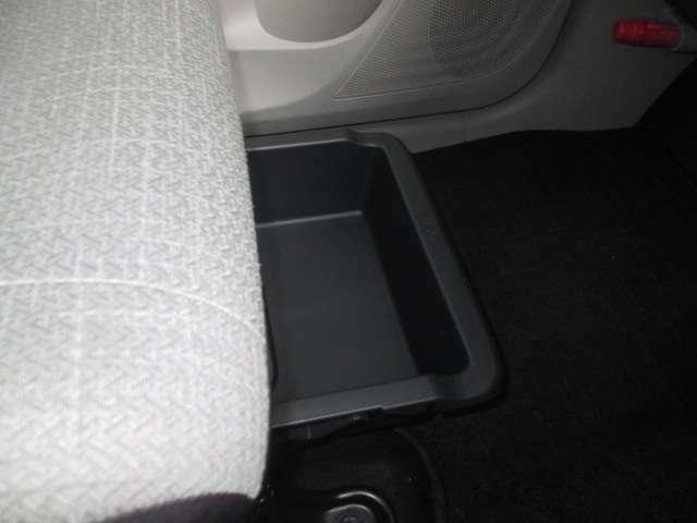 助手席に引き出し式の収納BOXが付いて収納に便利です