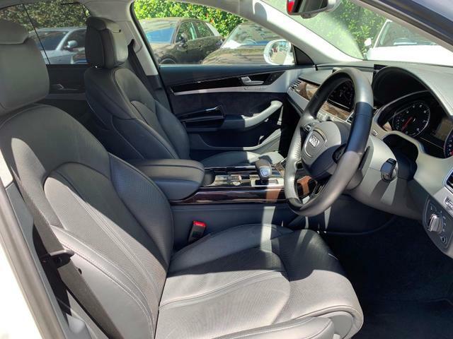 人間工学に基づいて設計されたシートは車のもっているドライビングフィールを存分にドライバーに伝えてくれるクオリティの高い仕上がりとなっています。