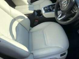 運転席です!!前席にはパワーシート、シートメモリー、ベンチレーター、シートヒーター等が備わっています!!革の質感がとても高いです♪♪