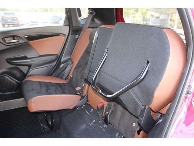 後席の座面をはね上げれば、高さ128cmの荷室空間に。倒したくない荷物を積む時に便利です。片側ずつアレンジできるので、車内で靴やブーツを履き替える時も便利です。
