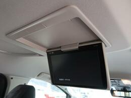 天井には、【12型フリップダウンモニター】も装備されております♪お子様など、ロングドライブでも退屈せず楽しくお過ごしいただけます。