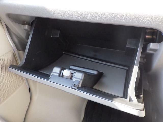 助手席前の収納も魅力的!開け閉めできる収納なので物が飛び出ることがなく安心です。