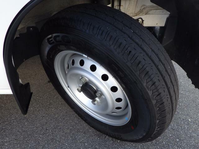 安心してドライブを楽しんでいただけるようにタイヤの溝もしっかりチェックしております。