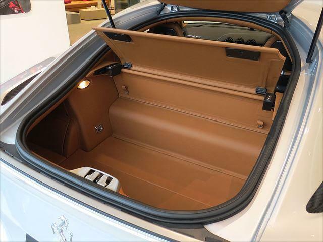 リアハッチを開けると十分な容量を持つラゲッジスペースがございます。リアシェルフを外せばゴルフバッグを2本積載することが可能です。
