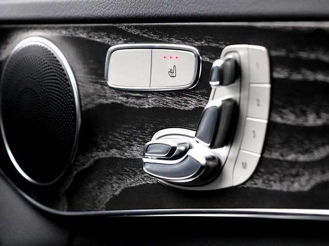 電動パワーシートなので、スイッチを操作することで電気モーターが前後スライドや座面の高さ、背もたれの傾きを調整してくれますよ★細かい調整もスイッチ一つなので、簡単におこなえてとても便利です♪