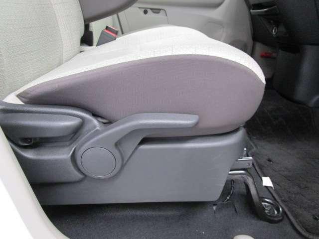 運転席側シートにハイアジャスト機能付きです。