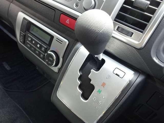 オートマチック(AT)車にはクラッチペダルがありません。 アクセルペダルとブレーキペダルを操作するだけで、勝手にシフトチェンジをしてくれる、エンストとも無縁で安心☆運転が楽ですよ。
