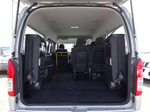 シートを上げると、車内がこんなに広々空間。シートアレンジ様々で使い方もあなた次第!!