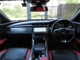 英国らしい気品に満ちたデザインで乗る人にくつろぎを提供します。シートはピメント×エボニーのスポーツレザーシート