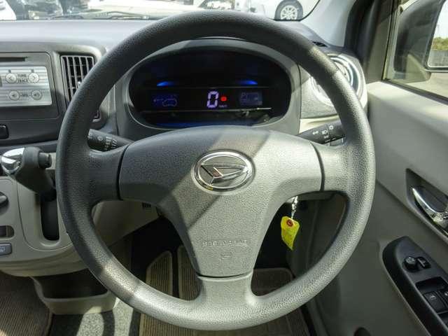ステアリング◎ 車で触れる機会の多いハンドルですが、クリーニング済みで使用感も少なく綺麗ですよ(^^)/高さ調整できる車種ではそれぞれに合わせて使用可能です.