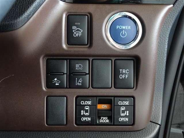 トヨタが誇る衝突被害軽減ブレーキを搭載したサポカーです。キーは鞄で楽チン始動、スマートエントリーシステムを装備してます。