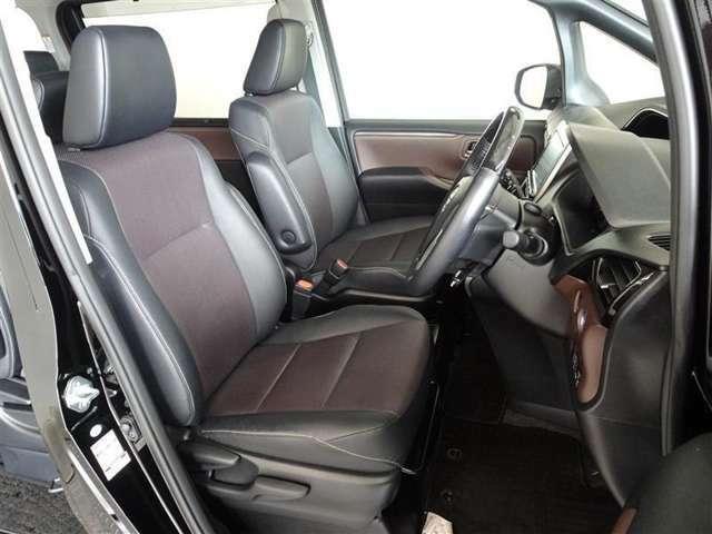 レザー調(合皮製)で、高級感・機能性を融合させた快適なシートです。
