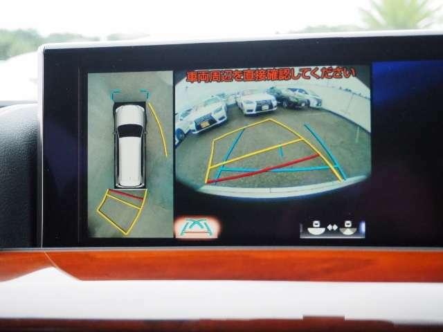 車両を上から見たような映像をナビ画面に表示するパノラミックビューモニター。運転席からの目視だけでは見にくい、車両周辺の状況をリアルタイムでしっかり確認できます。