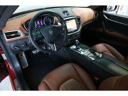 オプション装備のカーボンファイバーインテリアトリムが上質でスポーティな印象を与えます。