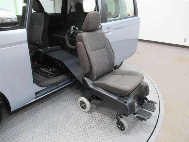 助手席に乗ったままで乗り込みも可能です。
