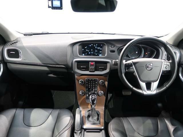 V40クロスカントリー ディーゼルの上級モデルが入庫しました!黒×黒仕様で統一!!プレミアムスピーカー「harman/kardon」が装備!もちろん安全装備も充実しております。是非、ご覧ください!!