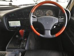 運転者を中心にラウンドするコクピット。ウッドコンビハンドル装着済みですが、ウッド部に若干キズありです。