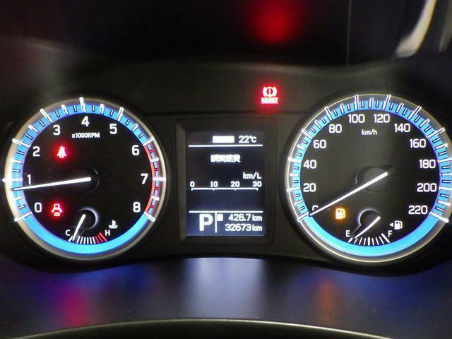 中央に瞬間燃費や航続可能距離など 運転状況をリアルタイムで表示するディスプレイがあります。