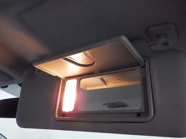 薄暗い車内でも 手軽に身だしなみチェックが可能な照明付バニティーミラーを装備しています。