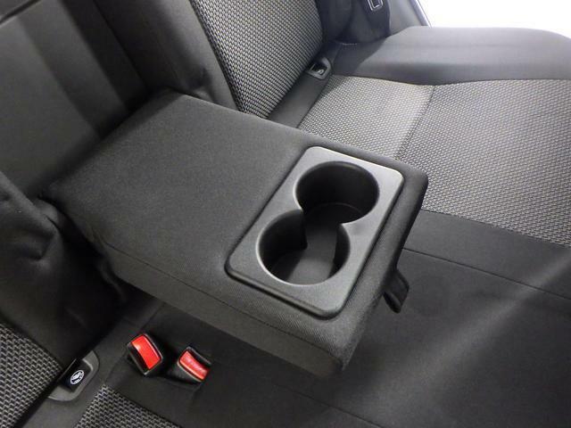 リヤシート2名使用時には 中央をアームレストとしてご使用いただけます。ドリンクホルダー付です。