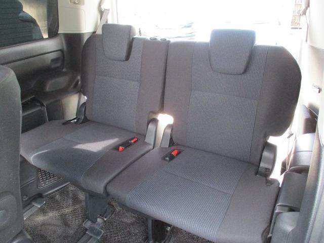 サードシートです。大人がきちんと座れます。また分割式ですので人や荷物に合わせてシートアレンジが可能です。キレイ!!