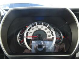真ん中に大きなスピードメーターがあり、夜間には程よい照明で視認性も良好です!