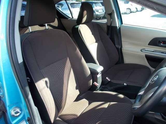 フロントシート☆ まずは運転席ですが空間もゆったり広々で、視認性も操作性も良い1台です(^_-)-☆助手席も収納数も容量もしっかり確保されています(^^)運転席、助手席共に綺麗に保たれています☆