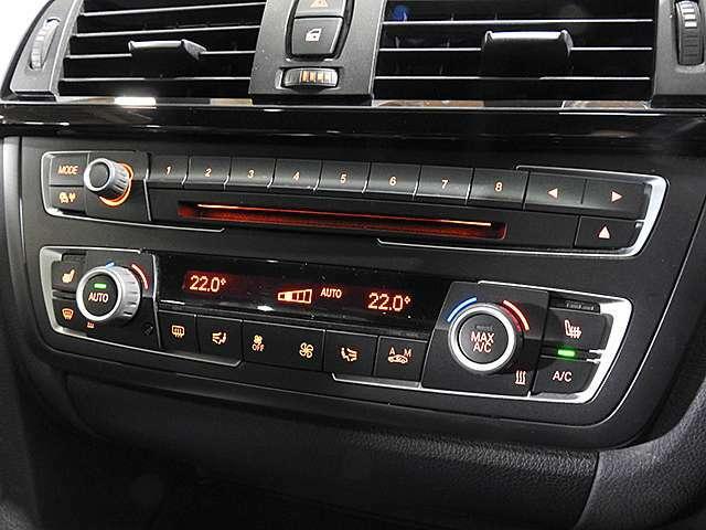 CDプレーヤー付き左右独立温度調整機能付き2ゾーンオートエアコン。