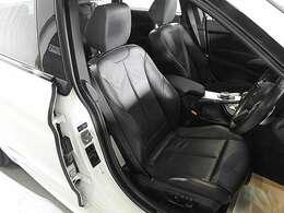 レザーシート&シートヒーター&シートメモリー付き電動調整パワーシート搭載。