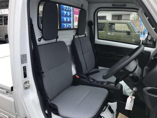 キャビンは広々な空間です。最近の軽トラックは快適ですよ。