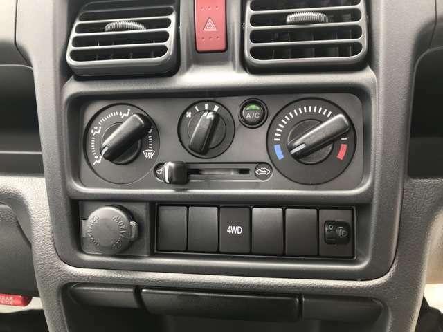 快適♪エアコン装備してます。4WDはボタン操作で切り替え可能です。