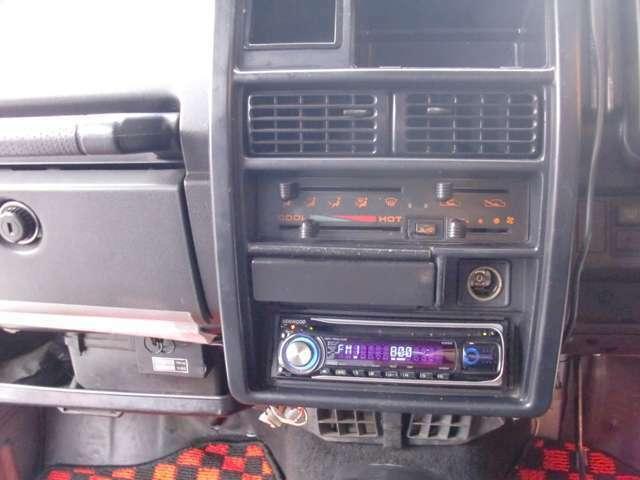 CDデッキは外部入力端子付きですのでアイフォンなどをつなげて音楽を聴いていただけます。エアコンはコンプレッサーが入り冷えるのを確認しております。