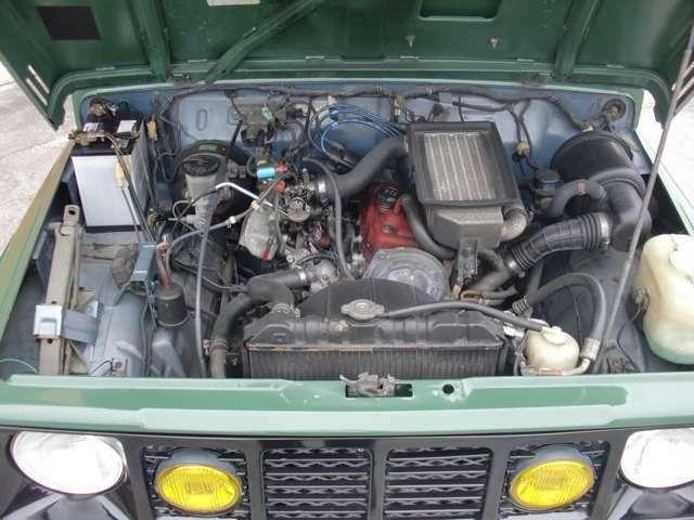 エンジンにオイルにじみは少しあります。タイミングベルトとウォーターポンプは交換済みとの事ですがステッカーははってありません。