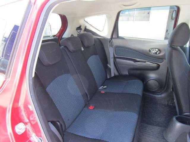 コンパクトサイズのノートですが後部座席も実用的なクリアランスがあります!