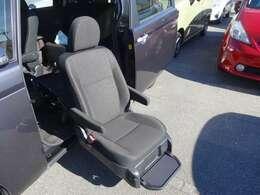 電動の助手席リフトアップシートタイプです。リモコン操作可能です。