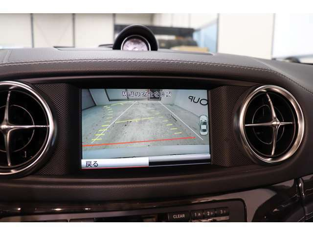 目視が出来ない車輌後方を鮮明にナビ画面に映し出すガイドライン付きバックカメラにより快適に車庫入れが可能になります!