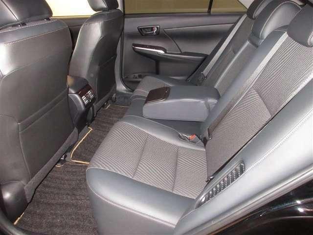 後席もセダンらしく、シートの厚みもたっぷりで大人の方が肘置きに手をおいて快適なドライブをお楽しみいただけます。