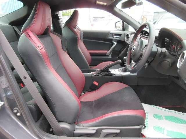 専用インテリア&専用スポーツシート付♪ 専用ボルドーカラ―ハーフレザーシート付き♪ シートリフター付きで目線の高さも調整可能になります♪
