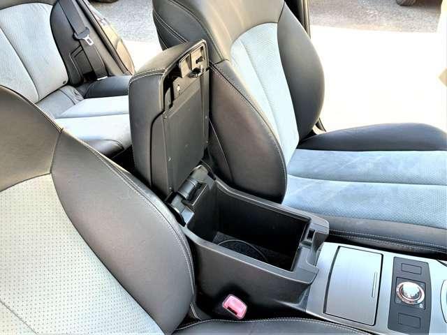 運転席・助手席の間にはアームレストコンソール付き☆コンソールは2段で下は深さが有り小物の収納タップリ◎